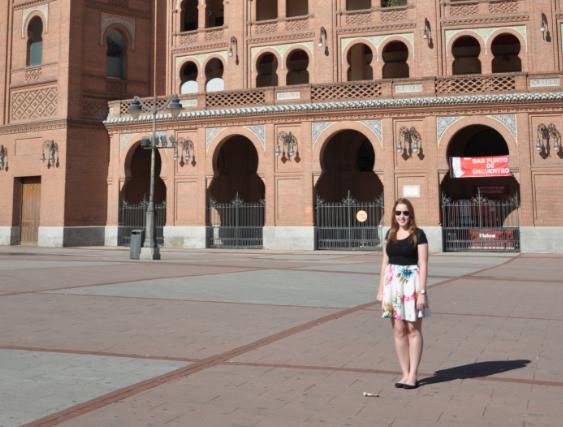 Marleen la voluntaria europea en la plaza de toros