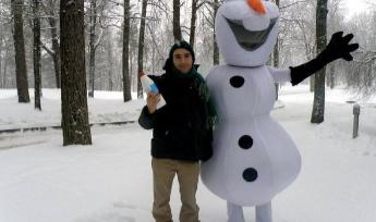 """Foto de archivo del """"Día del invierno"""" donde sostengo uno de los botes de pintura congelados."""