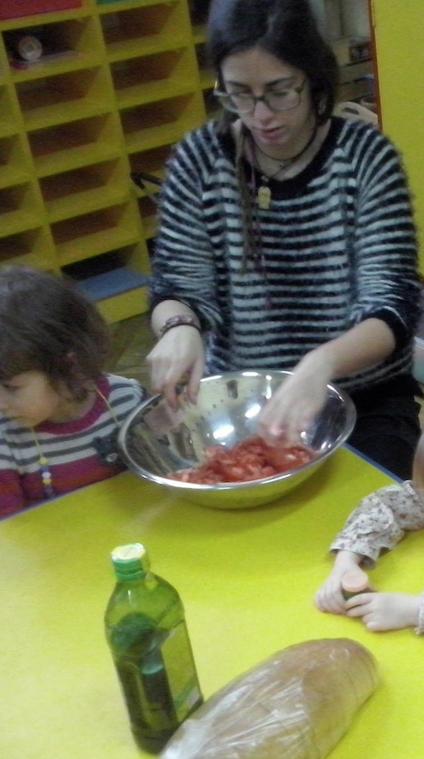 La foto soy yo con los niños haciendo pan tumaca