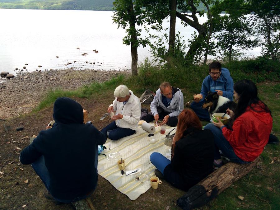 Almuerzo en el lago tras expedición laboriosa (1)