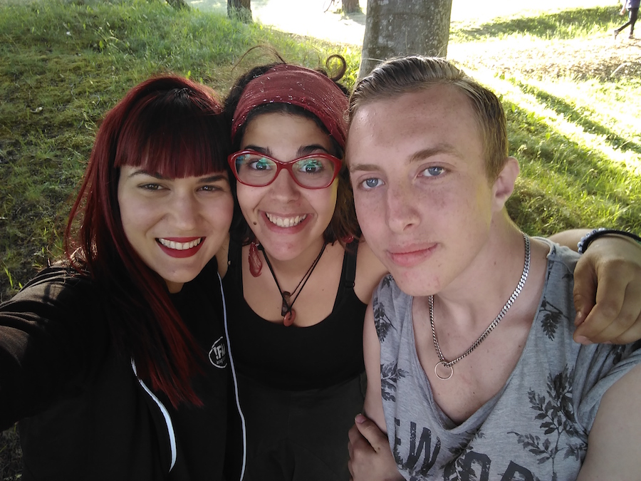 Barbacoa con María y Cleo, d España y Albania respectivamente