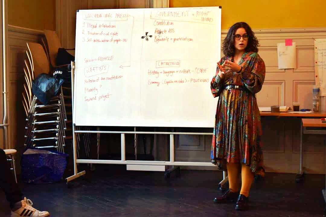Esther en el intercambio Erasmus Francia sobre democracia hablando sobre Cataluña