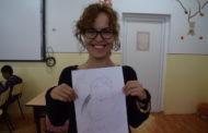 Virginia enseñando a niños en Rumanía