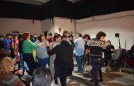 Javier organizando un festival artístico en Rumanía para los refugiados
