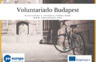 Voluntarios Hungría sobre bicicletas y ayuda a los más necesitados en Budapest
