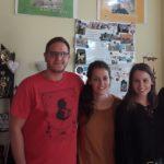 4 voluntarios trabajan con niños en Rumanía