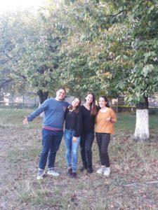 4 voluntarios en un proyecto con niños en Rumanía